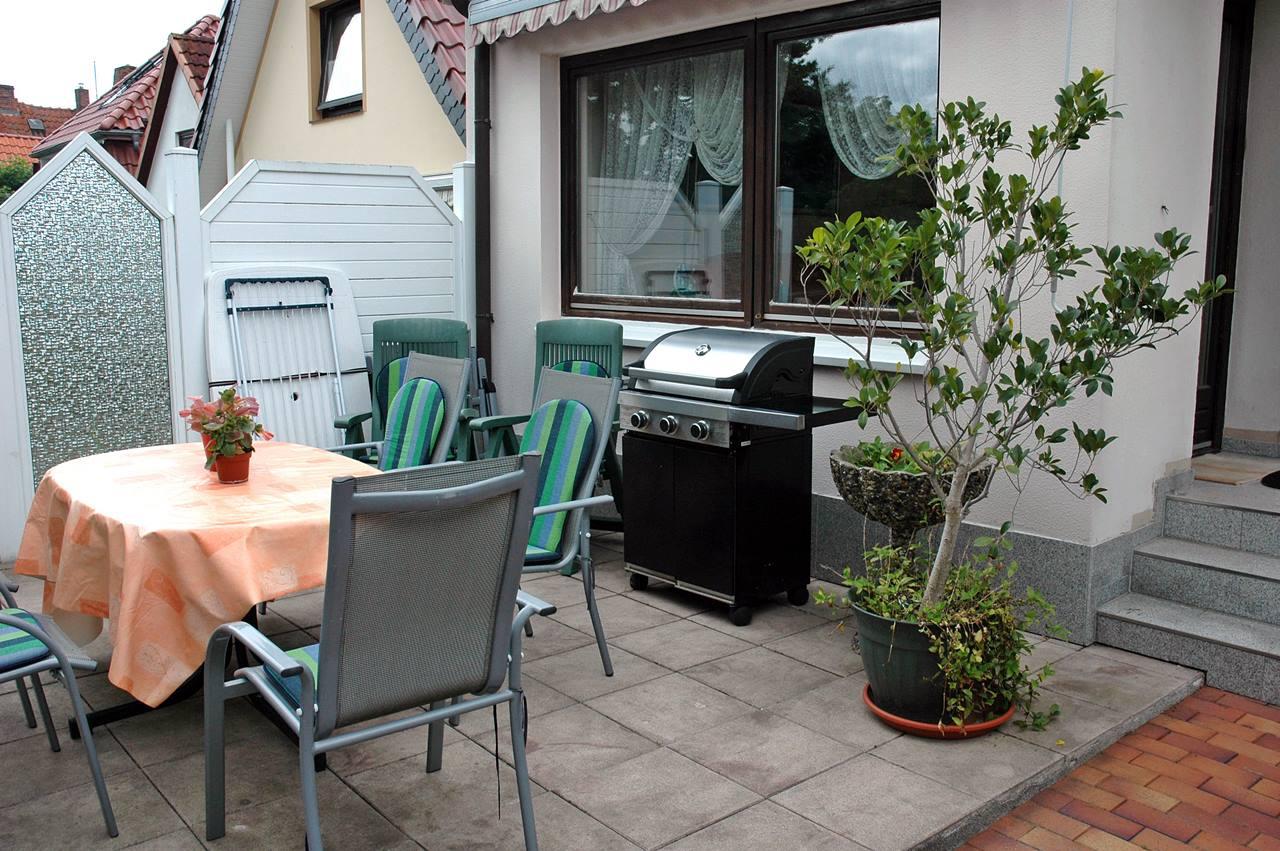 Terrasse mit Liegestühlen,Gasgrill